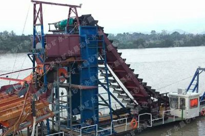尼泊尔挖斗式淘金船工作现